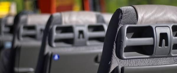 Sitze im Inneren eines Reisebusses