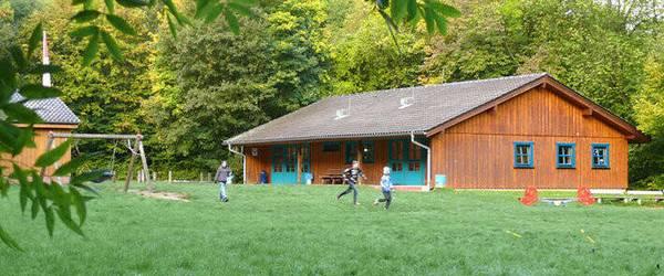 Holzhaus auf einer Waldlihtung