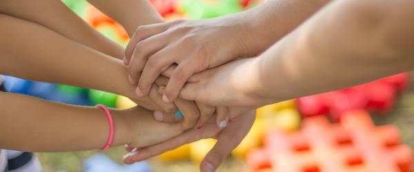 Kinderhände übereinandergelegt ©Pixabay