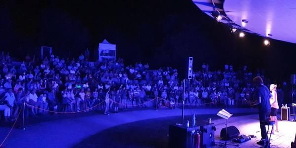Musikband spielt bei Nacht auf der Bühne im Park der Sinne vor Publikum ©Katrin Förster