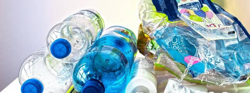 Leere Plastikflaschen gestapelt [(c): Pixapay]