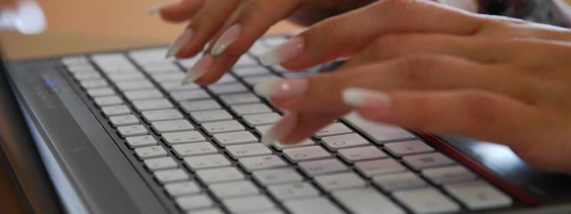 Laptop mit schreibenden Händen [(c): Matthias Brinkmann]