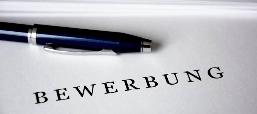 Ausschnitt einer Bewerbungsmappe mit Stift