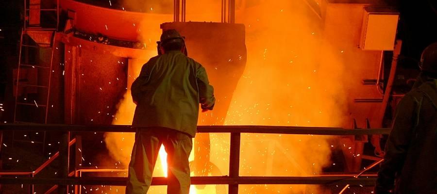 Mitarbeiter bei der Arbeit im Stahlwerk