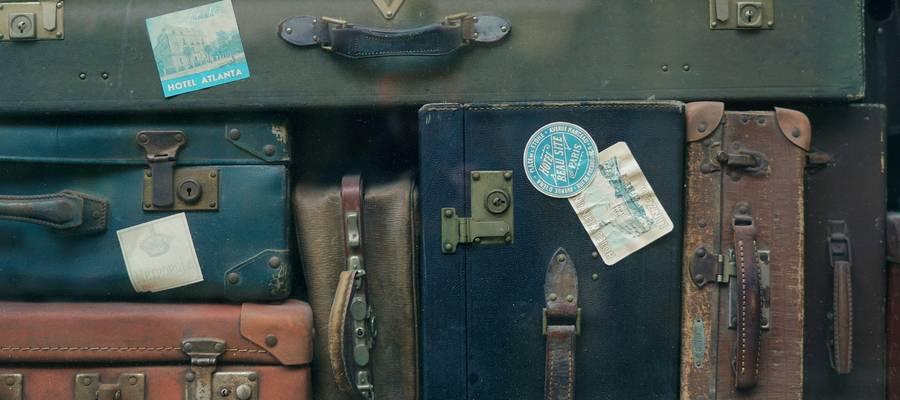 Viele alte, unterschiedliche Reisekoffer, gestapelt