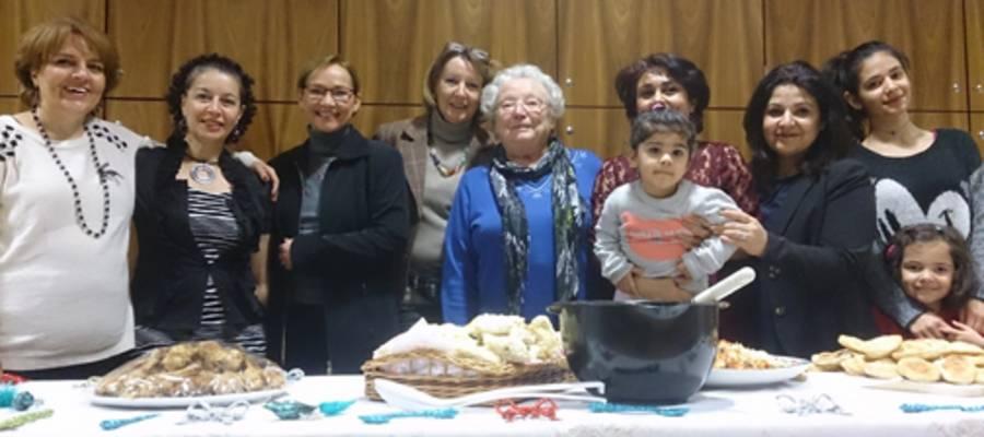 Gruppe von Frauen und Kindern hinter einem Buffet