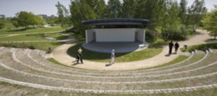 Blick auf die Kulturbühne im Park der Sinne von der Zuschauertribüne
