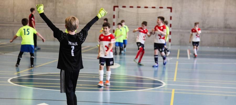 Kinder beim Fußballspielen in der Sporthalle