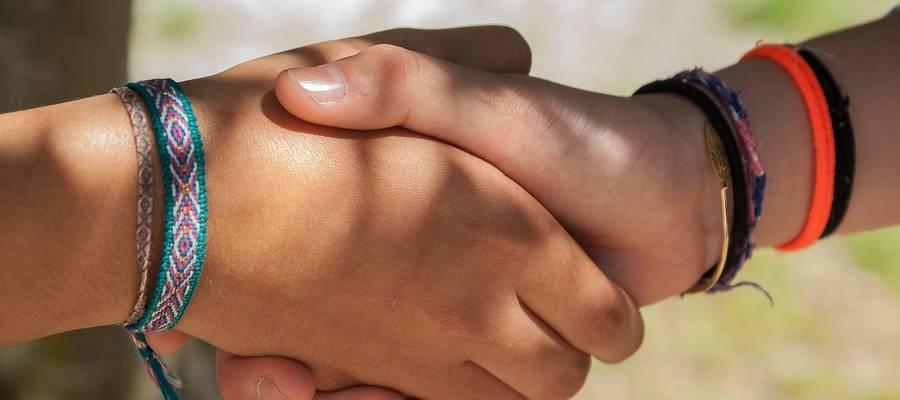 zwei Personen, die sich die Hand geben