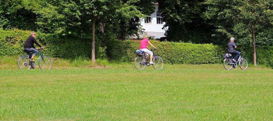 Fahrradfahrer fahren über Feldwege