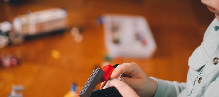 Kind baut mit Lego