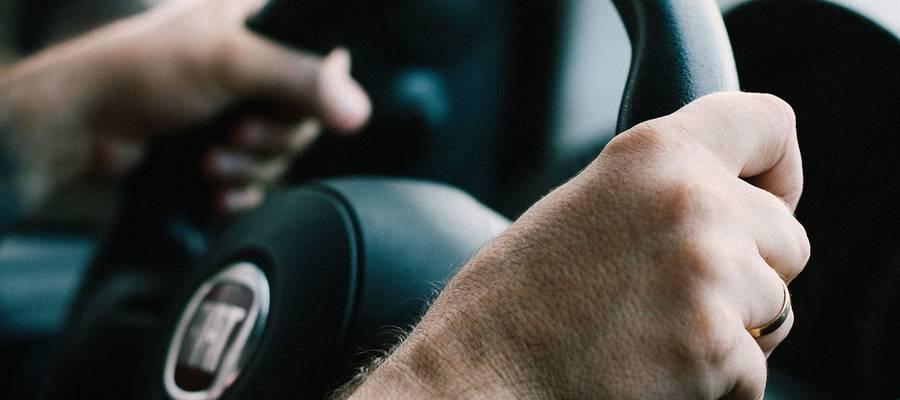 Zwei Hände am Lenkrad eines Autos