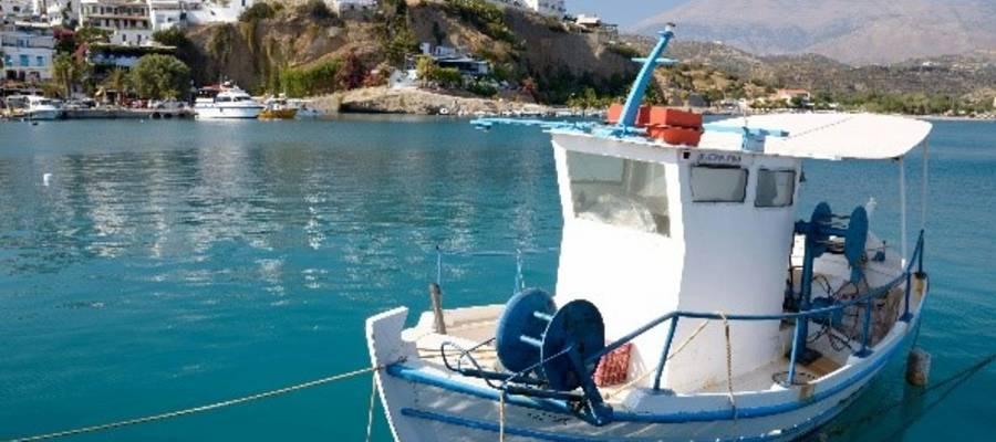 Kleines Boot in einer Buch vor Kreta liegend - Bild von Andree Ehrhardt