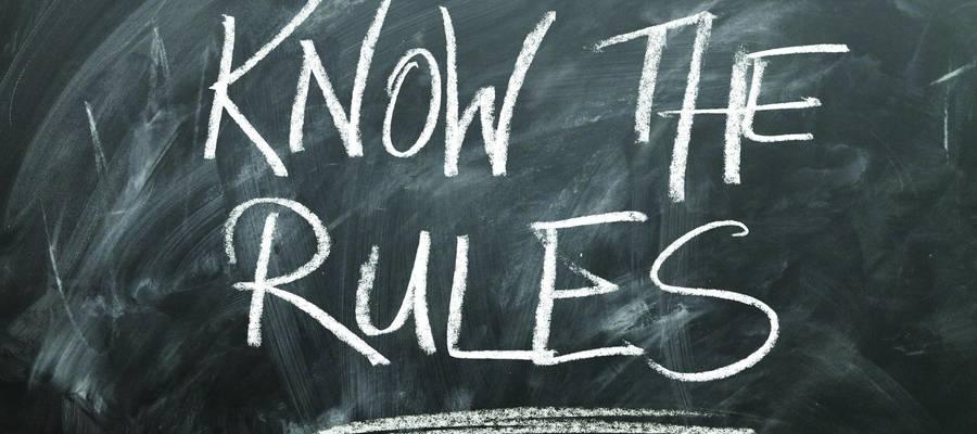 Schriftzug auf Tafel: Know the rules